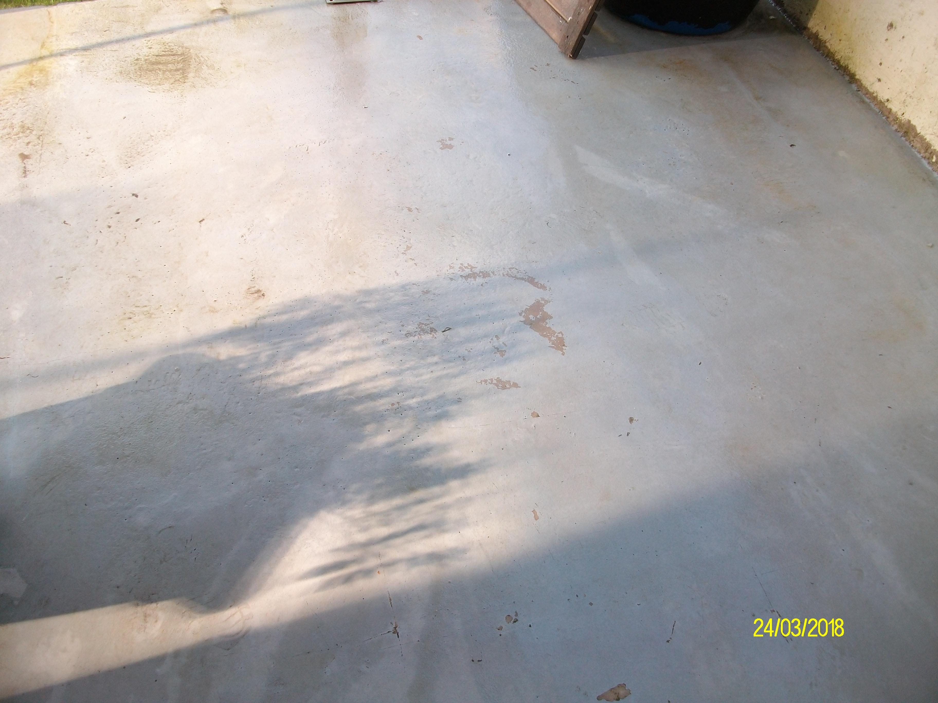 Nettoyer Sa Terrasse En Beton nettoyer de la mousse verte sur une terrasse en béton
